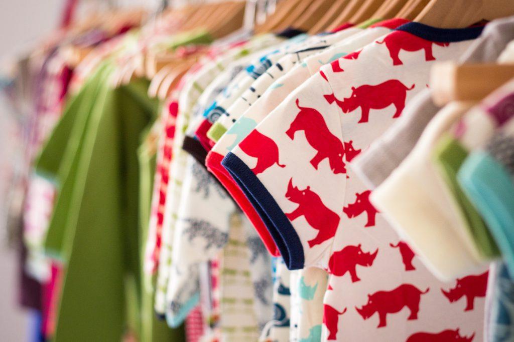 Kindersachen an einer Kleiderstange